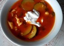 Rajská polévka s cuketou, bylinkami a kapáním