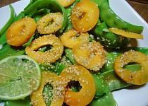 Salát z cukrového hrášku a meruněk