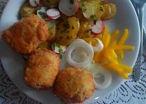 Smažené tvarůžky se sušenými švestkami a se smetanovými bramborovými lupínky