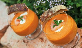Studená polévka z pečených rajčat s lososem