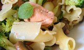 Těstoviny fiorelli s lososem, zelenou zeleninkou a houbami