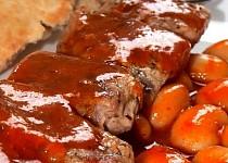 Vepřový špíz s pikantními fazolemi