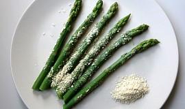 """Zelený chřest s veganským """"parmezánem"""""""