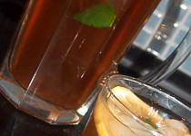 Zelený ledový čaj s broskvemi