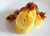 Bramborová roláda plněná brynzou a vejci se smaženou cibulkou