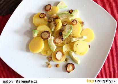 Bramborový salát s avokádem a pečenou petrželí