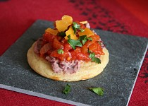Celozrnné koláčky s fazolovou pastou, teplou rajčatovou salsou a čedarem