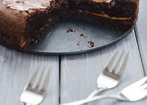 Čokoládový dort plněný arašídovým máslem