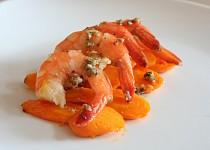 Garnely s mátovým pestem na plátcích lehce pikantní pečené mrkve