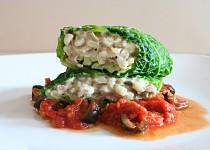 Kapustový list plněný hlívou ústřičnou, mozzarellou a kroupami s rajčatovou omáčkou s olivami