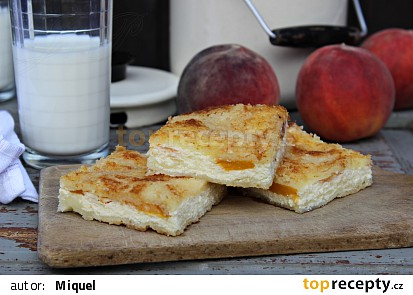 Sypaný tvarohový koláč s broskvemi