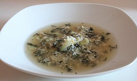 Kopřivová polévka s vejcem