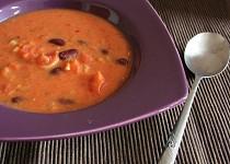 Kořeněná rajčatová polévka s kokosovým mlékem a fazolemi
