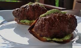 Kořeněné masové šišky s křupavou placičkou a avokádovým dipem