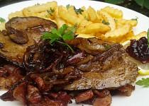 Králičí játra s karamelizovanou cibulí a brusinkami