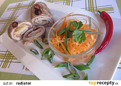 Kuřecí závitky plněné sýrem a šunkou, obalované v oříšcích