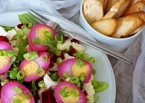 Ledový salát s mozarellou, naloženými vejci a červenou řepou