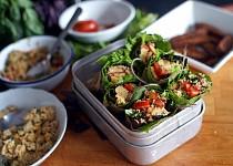 Letní závitky s tempehem, cizrnou a quinoou