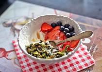Ořechová matcha granola s kokosovým jogurtem
