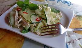 Osvěžující kuřecí salát s okurkou a mátou