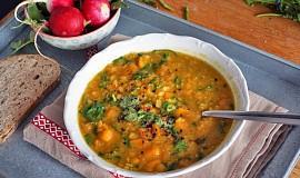 Polévka ze žlutého hrášku s kari, batáty a mrkví