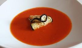 Rajčatová polévka s lilkem, ricottou a bazalkovým pestem