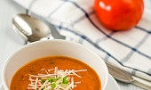 Rajčatová polévka s parmazánem