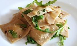 Ravioli plněné uzeným lososem a mozzarellou