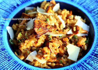 risotto s karamelizovanou cibulí a liškami