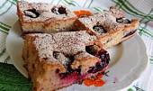 Skořicový koláč se slunečnicovými semínky a švestkami