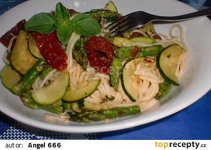 Špagety s cuketou, chřestem a sušenými rajčaty