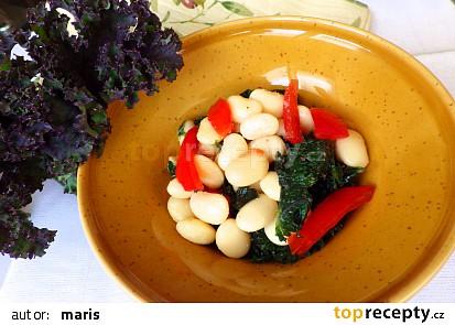 Teplý fazolový salát s kadeřávkem a rajčaty