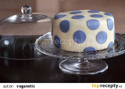 Vanilkový dort s čokoládovým krémem potažený marcipánem