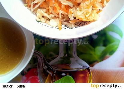 Zelný salát s mrkví a medovou zálivkou