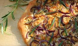 Cibulový pizza chléb s rozmarýnem a modrým sýrem