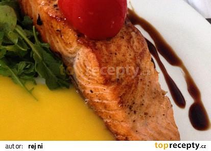 Filet z lososa s mangovo-máslovou omáčkou