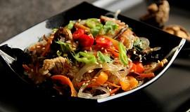 Japchae - korejské  nudle se zeleninou, houbami a krůtím masem