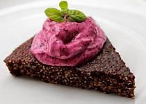 Kakaový jahelník s borůvkovou zmrzlinou