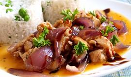 Králičí nudličky s karamelizovanou cibulí