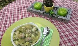 Kuřecí polévka s růžičkovou kapustou a  drožďovo-slaninovými knedlíčky
