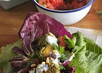 Letní zelený falafel s ořechy a čerstvými bylinkami