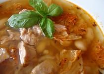 Luxusní polévka z máslových fazolí s tuňákem