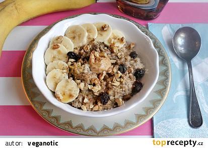 Ovesná kaše s banánem, burákovým máslem a ořechy