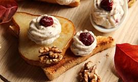 Pomazánka s Nivou, ořechy a brusinkami na opečené hrušce