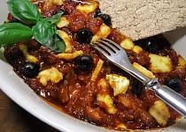 Rajčatová marmeláda zapečená s olivami a sýrem