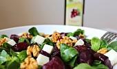 Salát z červené řepy s kozím sýrem a ořechy