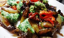 Špenáto-ricottové noky z ovesné mouky s karamelizovanou cibulí