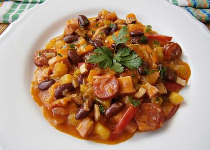 Zeleninový guláš s uzeninou a fazolí