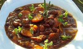 Chilli fazole s klobásou a sušenými rajčaty