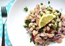 Fazolový salát s tuňákem a červenou cibulí